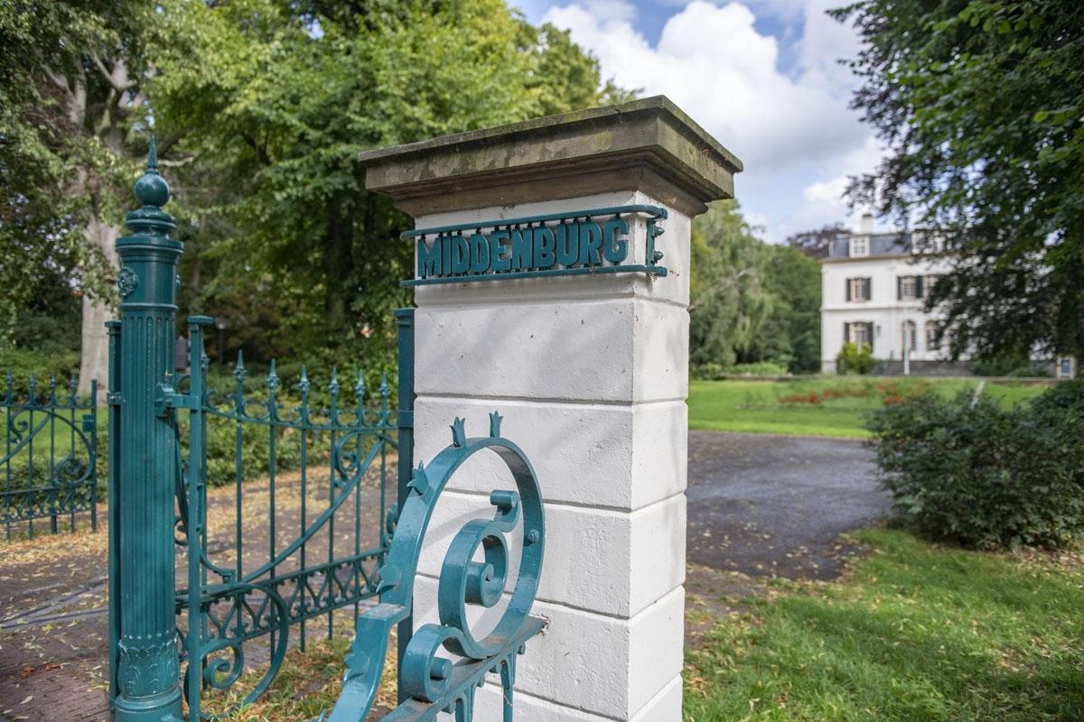 Hek bij ingang van Landgoed Middenburg
